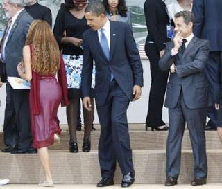 obama-looking-at-the-girl